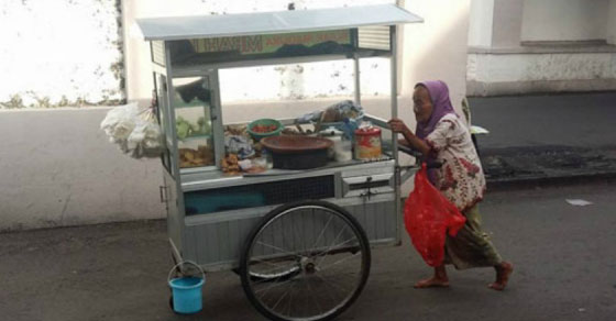 nenek,lansia,mendorong gerobak,rujak madura,inspiratif