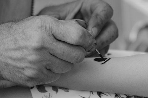 Membuat tato di kulit