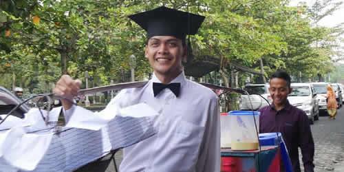 asnawi,mahasiswa UMY, Universitas Muhammadiyah Yogyakarta,jualan,gorengan,inspiratif