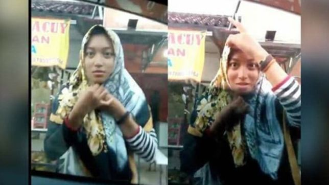 Cewek benerin hijab di kaca mobil