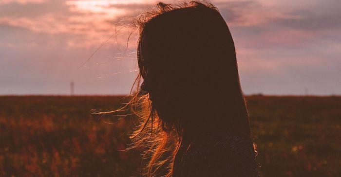 Wanita sendiri- efek negatif saat cinta bertepuk sebelah tangan