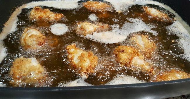 Memasak ayam dengan teknik deep frying