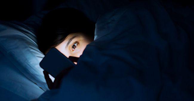 Mainan HP sambil tidur