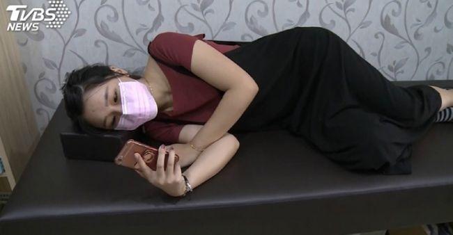 Remaja mengalami tulang bengkok karena melihat HP dengan tiduran