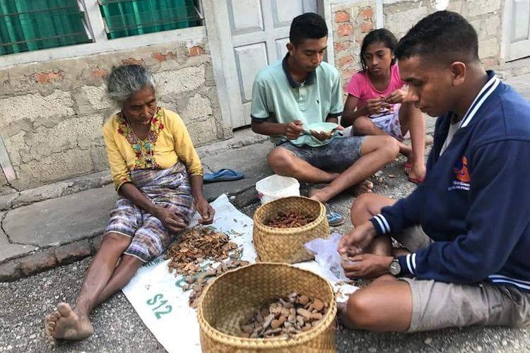 Margaretha Hati Manhitu berjualan di pasar