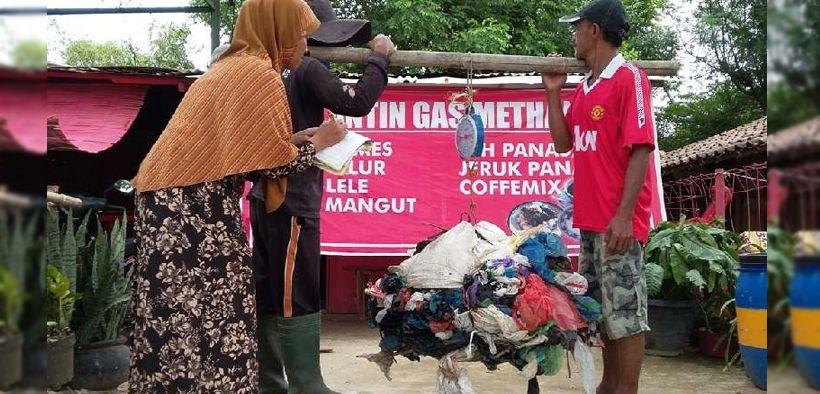 Pasutri buka warung makan, pemulung bayar dengan sampah plastik