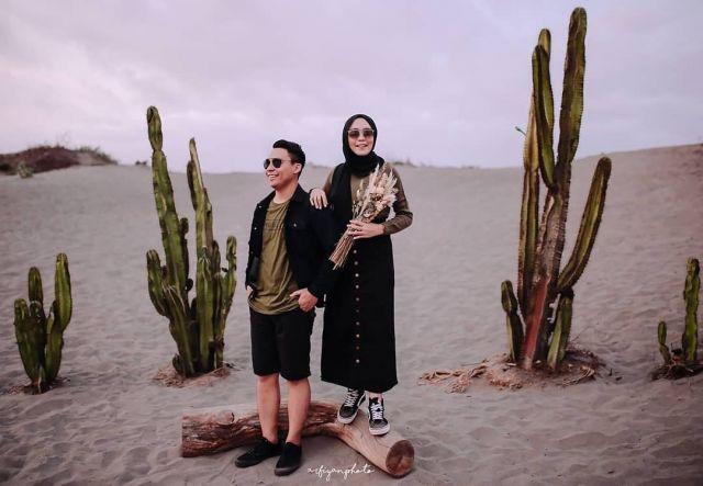 Foto pre-wedding casual di padang pasir