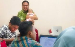 Abdul Gaffar Karim, dosen UGM yang mengajar sambil menggendong bayi
