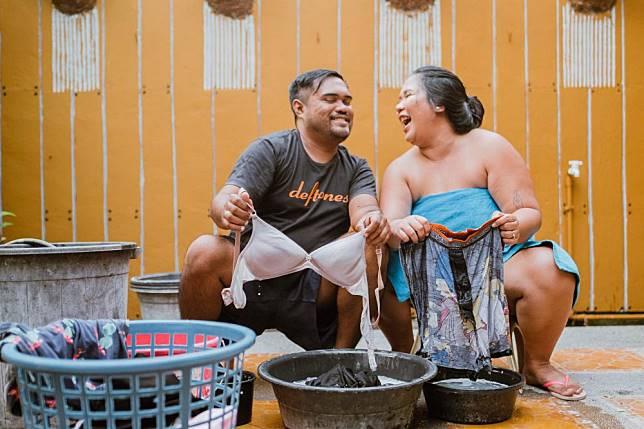 1. Kekonyolan pertama ditunjukan pasangan Anj dan Poy saat mencucikan pakaian satu sama lain