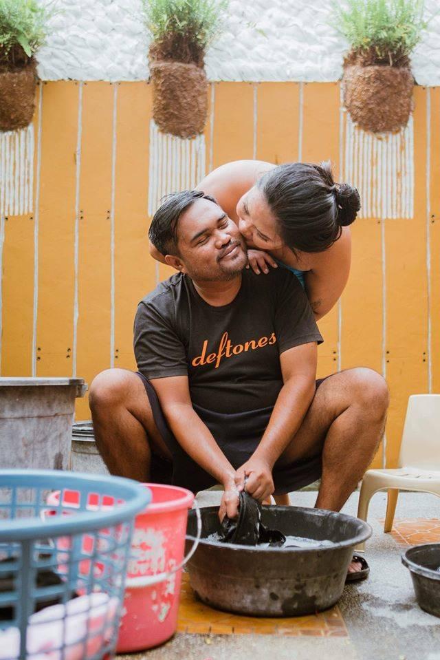 3. Cuci baju juga masih bisa sayang- sayangan sama suami