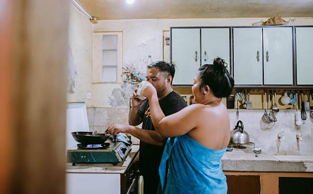 6. Selesai cuci baju, lanjut masak di dapur