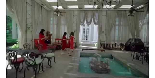 Kolam kecil di dalam rumah yang memanjakan mata