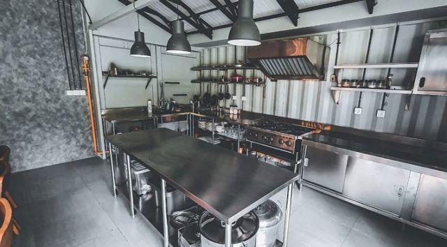 Dapur industrial dengan lampu sorot
