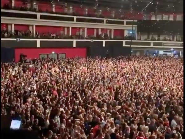 Warga Cardiff menonton konser di tengah badai Corona