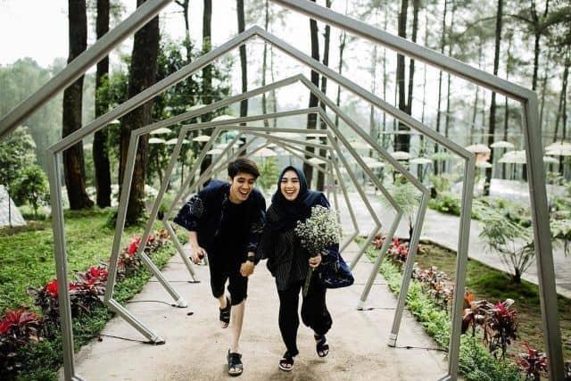 Ide Pre-Wedding Kasual dengan latar geometri
