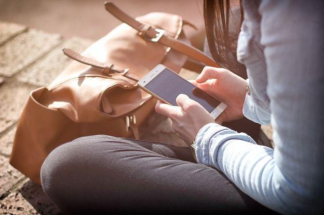 Perempuan bermain dengan ponsel