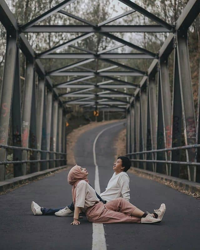 Pre wedding dengan konsep kasual di tengah jalan