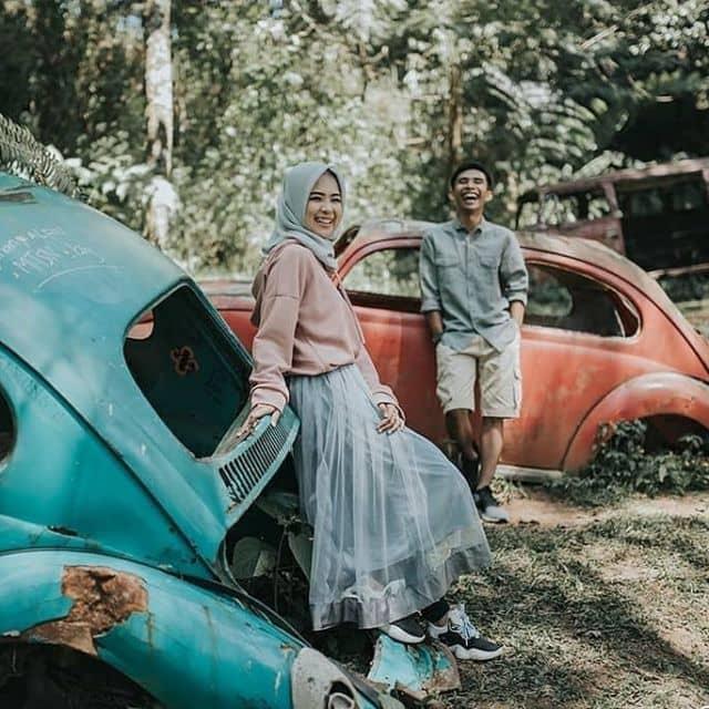 Pre wedding dengan latar belakang mobil bekas memang sedang ngehits
