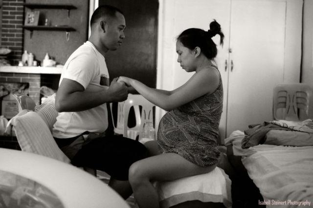 1. Potret suami mendampingi istri melahirkan - Suami membantu istri dengan tenang