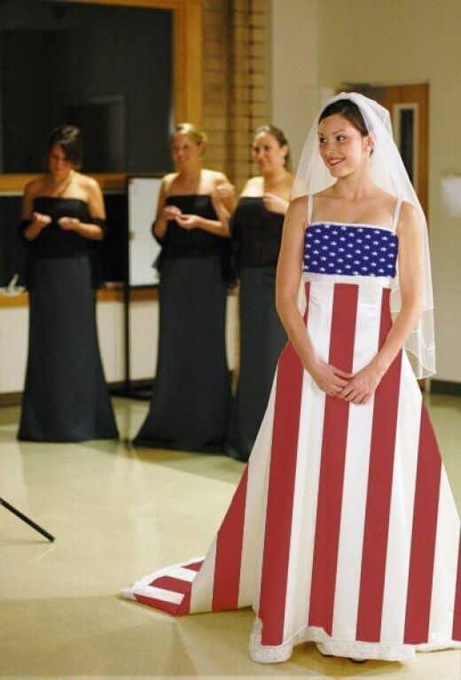 Gaun pernikahan dengan desain bendera negara