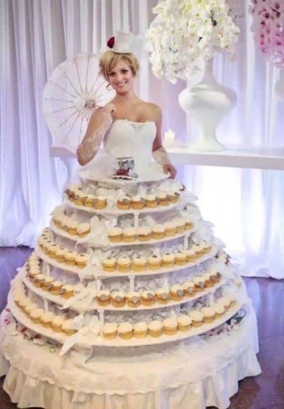Gaun pengantin unik dengan kue