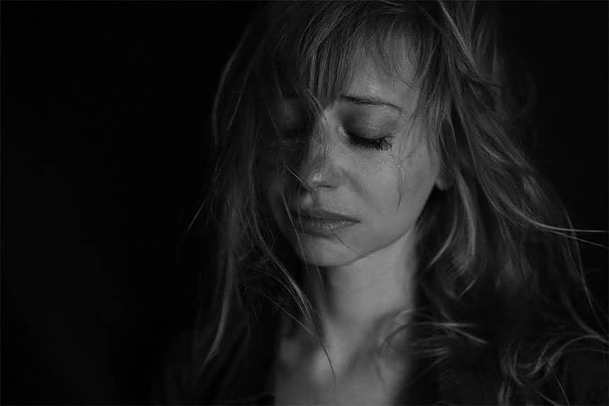 Perempuan sedih menangis