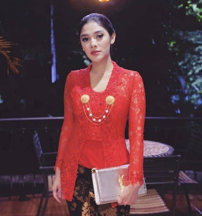 6. Inspirasi kebaya kondangan buat yang suka merah tapi tetap ingin terlihat simpel