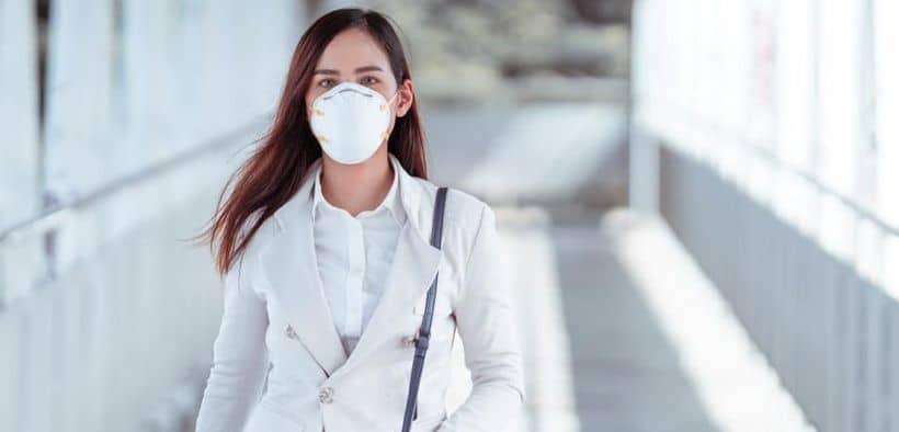 Memakai masker untuk mencegah penyebaran virus corona