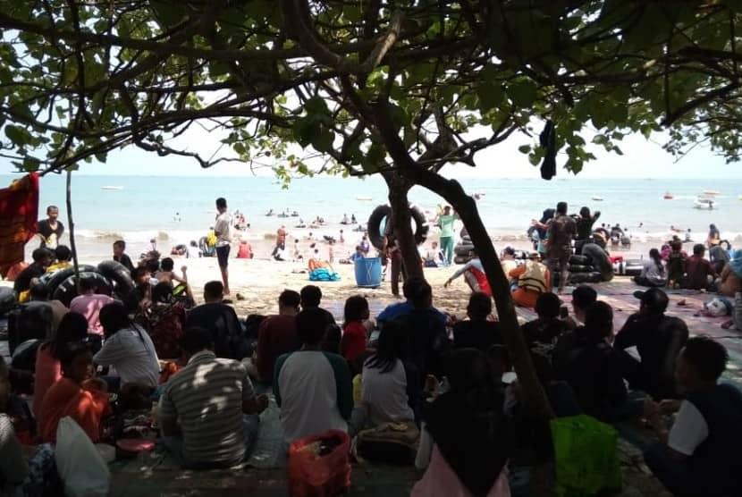 Pantai Anyer ramai pengunjung