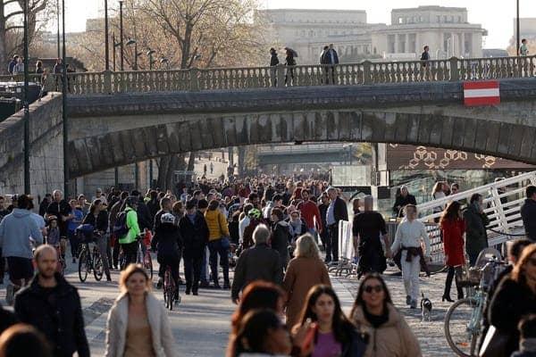 Keramaian masih terlihat di kota Paris